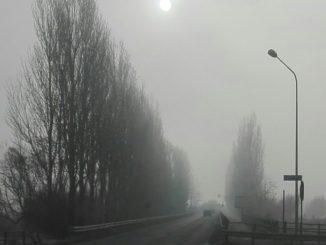 Il sole buca la nebbia a gennaio in viale Forlanini, visto dal Sanatorio Borsalino.