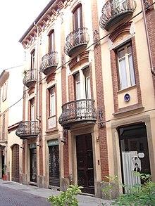 https://upload.wikimedia.org/wikipedia/commons/thumb/6/6e/La_casa_natale_di_Andrea_Vochieri.JPG/220px-La_casa_natale_di_Andrea_Vochieri.JPG